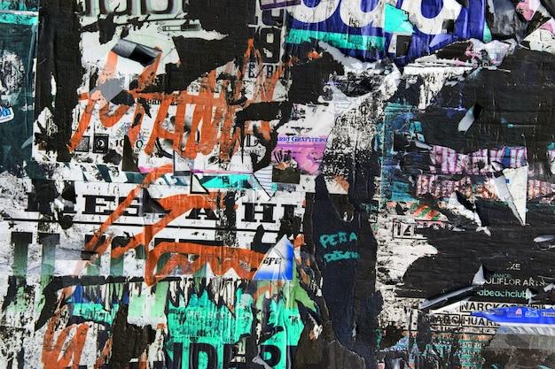 오래된 광고로 가득 찬 벽