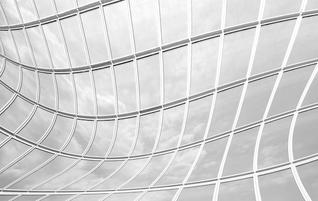 壁のガラスは背景の黒と白の空のトーンを反映しています