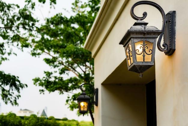 壁ランプとオレンジ色のライト。家の外の屋外ウォールランプ