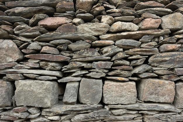 天然石で作られた壁。重なり合う石の質感。