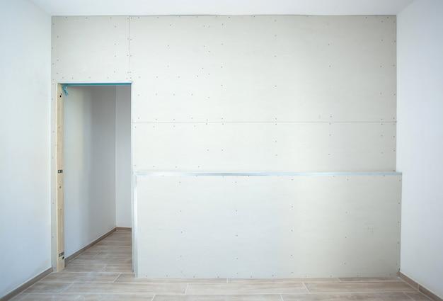 家の中のワードローブの石膏ボードの壁。