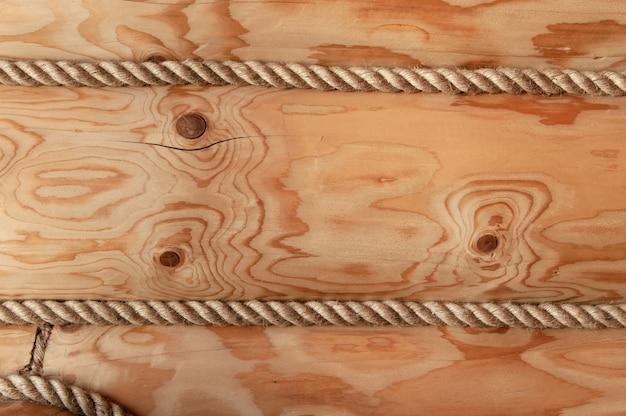 ロープで飾られた木造ログハウスの壁。