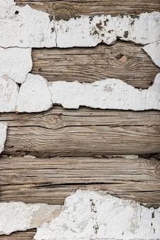 古い丸太小屋の壁。粘土と木。木製のスラット。古いスタッコ。グランジの背景とテクスチャ。デザインとインテリアのコンセプト。