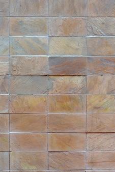 砂のトーンで装飾的な石のプラークの壁