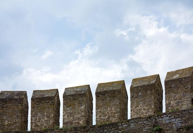 Стена хотинской крепости на берегу днестра (черновицкая область, украина). строительство было начато в 1325 году, а основные улучшения были сделаны в 1380-х и 1460-х годах.