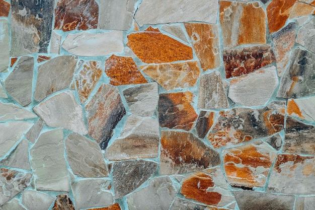 Стена из натуральных крупных гранитных камней, скрепленных между собой цементом