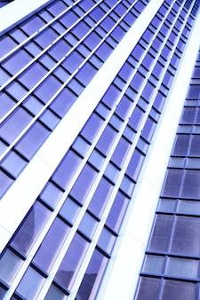 オフィスビルのクローズアップの壁。青い色調