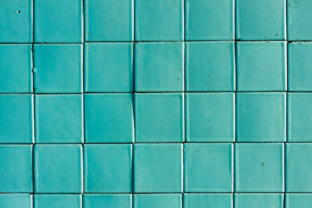 古い正方形のタイルの壁は青です。デザインの背景。高品質の写真