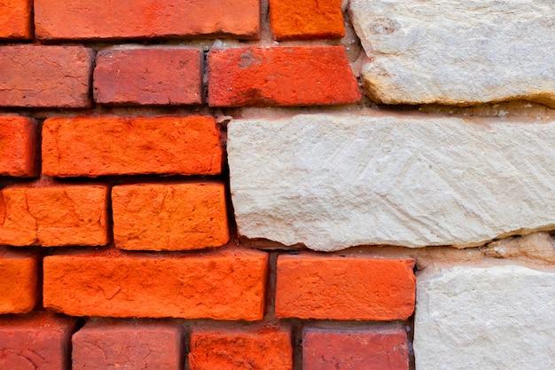赤と白のレンガの壁。レンガの背景。古い家の壁。