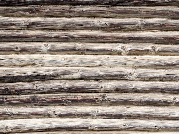 Стена деревянного дома, фактура необработанного дерева
