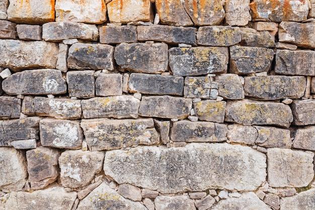 두꺼운 고대 바위의 벽, 중세 건축의 소박한 배경