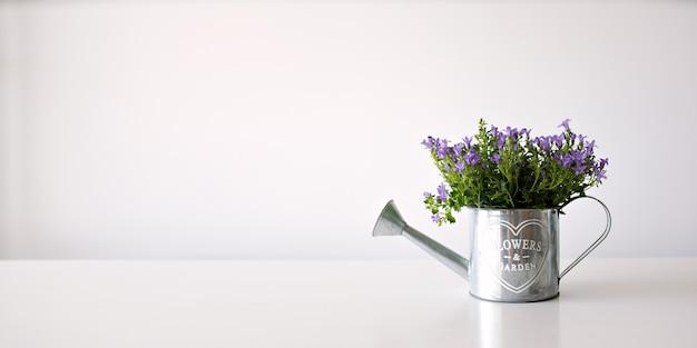 흰색 바탕에 냄비에 벽 종이 개념 꽃