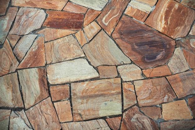 Стена вымощена камнями