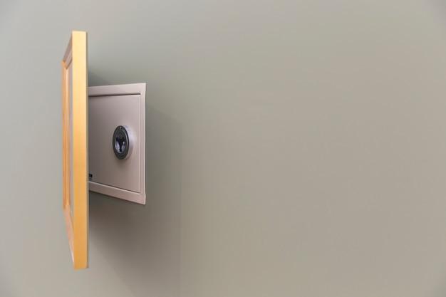 Настенный сейф скрыт над картиной с копией пространства