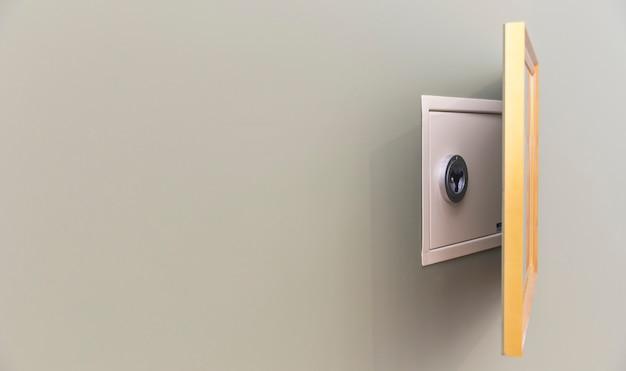 Настенный сейф спрятан над картиной с копией