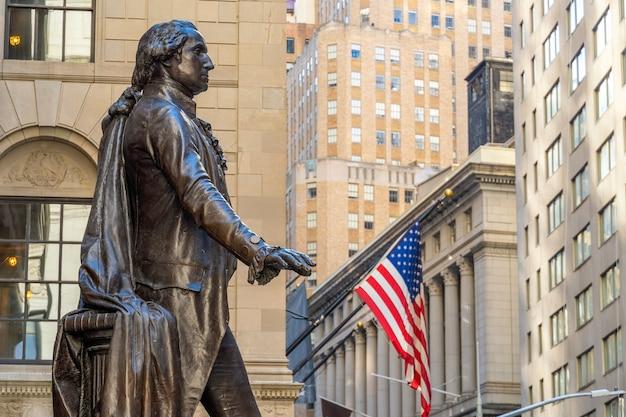 맨하탄 금융 지구의 월스트리트와 전경의 워싱턴 동상