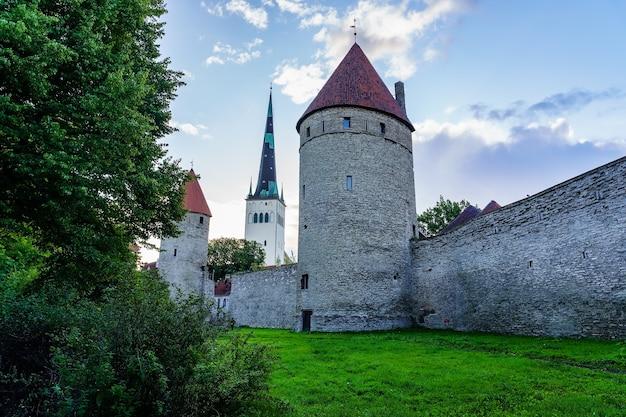 탈린 에스토니아의 중세 도시를 둘러싸고 있는 벽 탑.