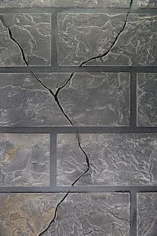 Стена с кирпичами и трещинами