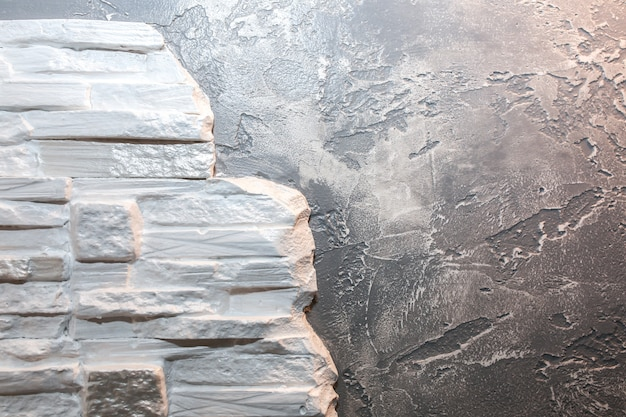 装飾的なレンガとコンクリートの背景を持つ壁。メンテナンス修理作業。フラットでの改修。屋内での修復。