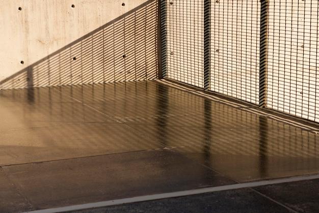Стена с отверстиями и фоном лестниц