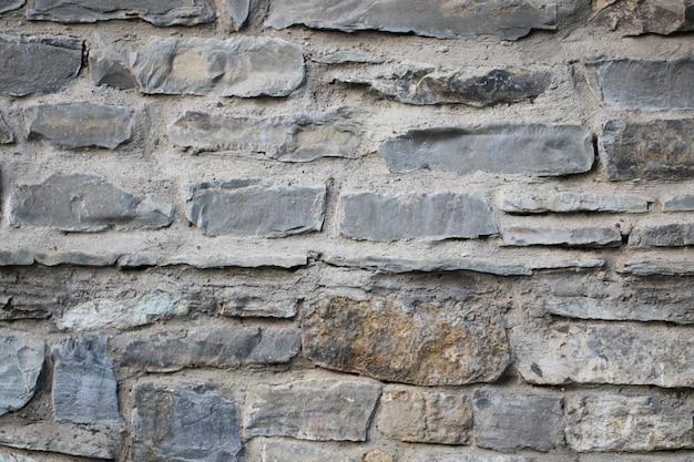 Стена со старой кладкой в ясный день