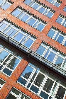 독일 현대 아파트 건물의 창문이 있는 벽