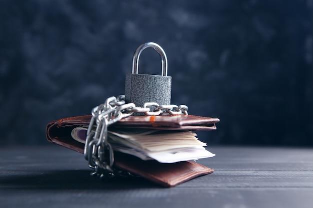 자물쇠와 사슬로 닫힌 지갑