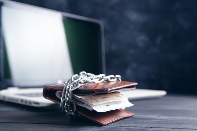 체인과 노트북으로 닫힌 지갑