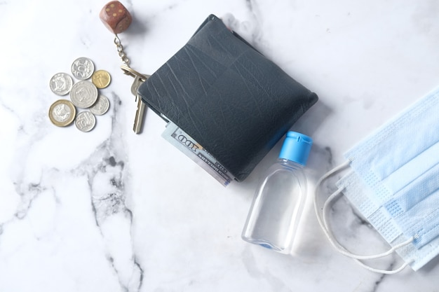 지갑 동전 손 소독제 및 마스크 테이블