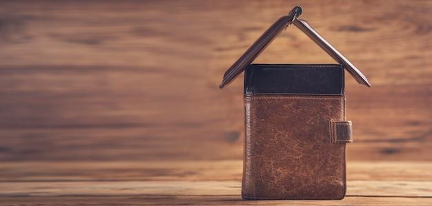 나무 테이블에 집 지갑