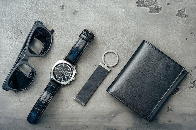 ダークグレーの表面に財布、時計、サングラス
