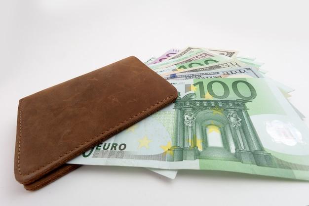 유로와 달러가 튀어나와 있는 지갑, 절연