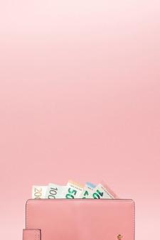 Кошелек с валютой евро на ярком синем фоне