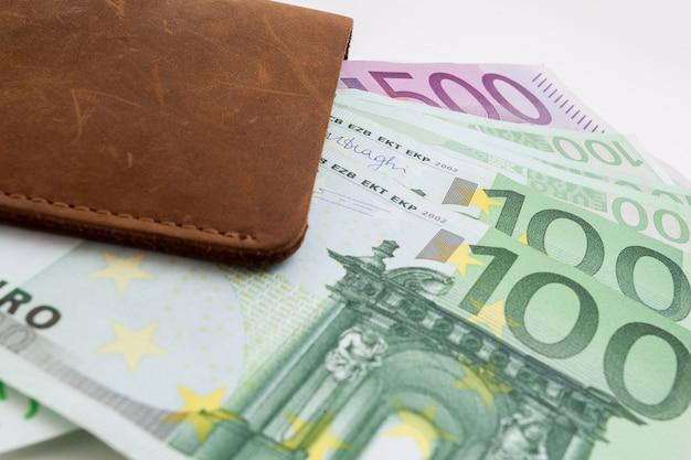 ユーロが突き出た財布