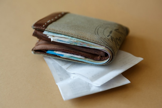 お金とキャッシャー付きの財布は店からチェックします