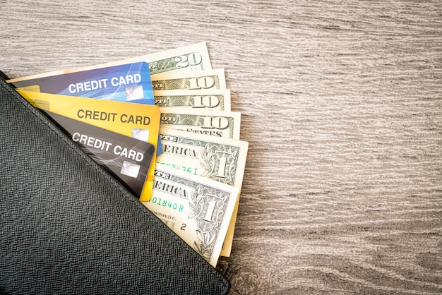 お金とクレジットカード付きの財布-経済と金融の概念