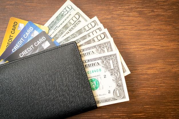 Кошелек с деньгами и кредитной картой
