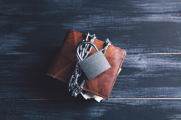 자물쇠가 달린 체인으로 감싼 지갑