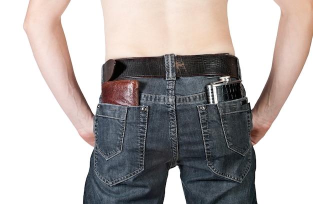 Кошельки и фляга в заднем кармане мужских джинсов