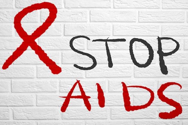 Обои с рукописным текстом. белая кирпичная стена с надписью stop aids