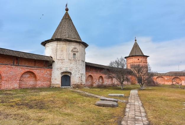 Стены и пруд михайло-архангельского монастыря, двор монастыря