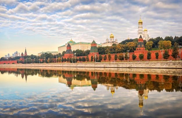 Стены и башни московского кремля ранним безветренным летним утром