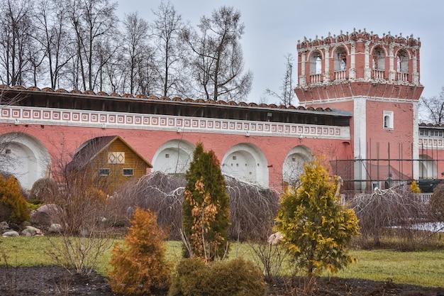 모스크바 돈스코이 수도원의 성벽과 망루