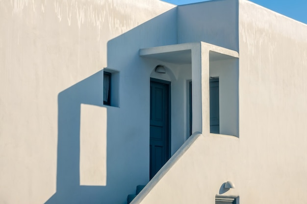 Стены белого здания в солнечную погоду. крыльцо со ступенями на закате