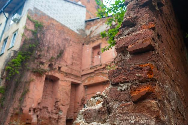 오래 된 폐허가 된 붉은 벽돌 건물의 벽
