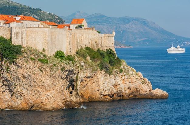 有名なドゥブロヴニク旧市街(クロアチア)の壁と白い船。