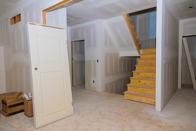 Стены из гипсокартона в строящемся помещении с финишной шпаклевкой в помещении