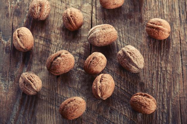 Грецкий орех на деревянных фоне