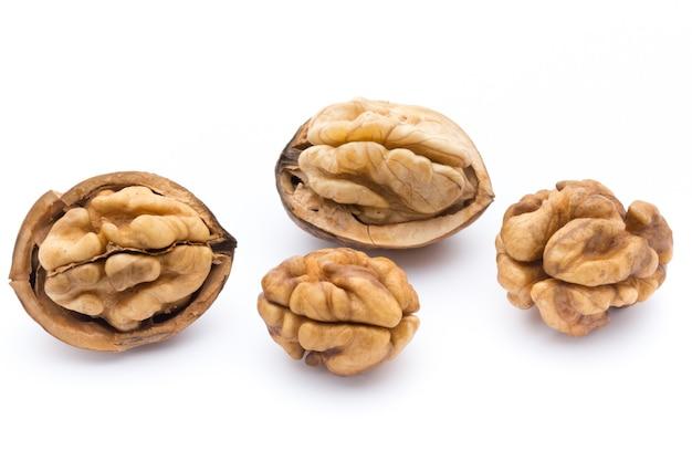 Ядро грецкого ореха и грецкого ореха, изолированные на белом фоне.