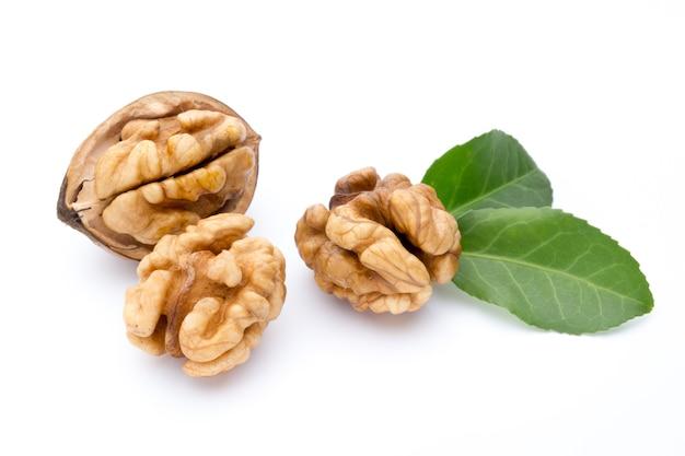 Ядро грецкого ореха и грецкого ореха, изолированные на белой поверхности.